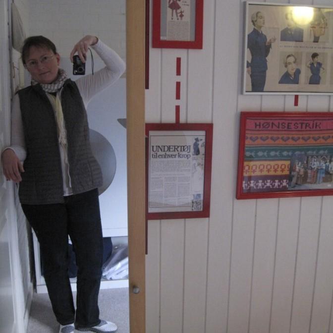 Die Schriftstellerin in dem Zimmer, das die Schneidermeisterin in der Pension Bakkegaard Gæstgiveri Møns Klint dekoriert hat