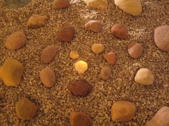 Gewunden: Steinspirale, gelegt von Demetria Cornfield
