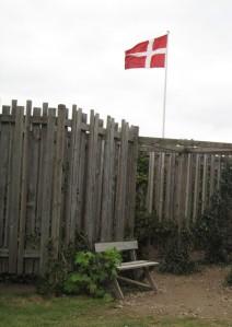Immer hereinspaziert: dänische Flagge im Kalvehave Labyrintpark auf Südseeland