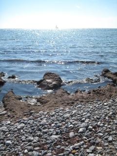 mon-strand-bei-busene-have-mit-schiffchen