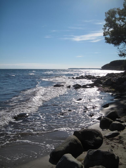 mon-strand-bei-fanefjord-wellen-steine-licht