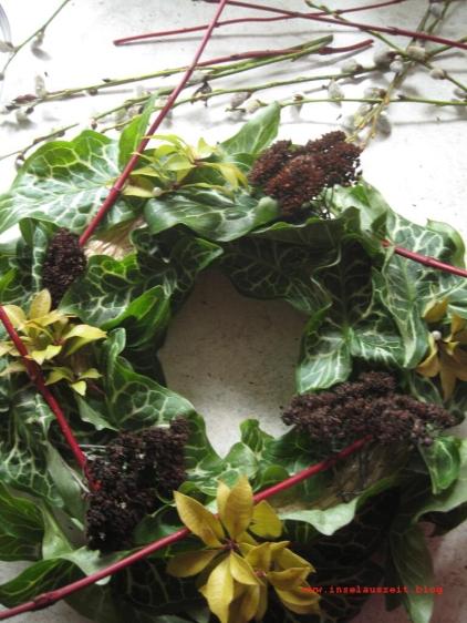 Kranz mit Blättern und Samenständen