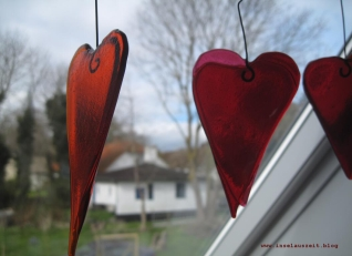 Hygge auf Nyord Runas Galleri Nyord Kunst rote Glasherzen