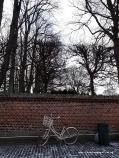 Winterbilder aus Dänemark Fahrrad vor Friedhofsmauer in Roskilde