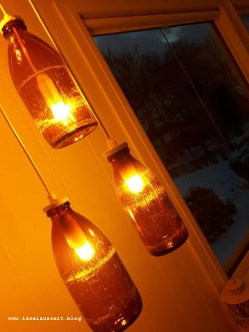 Winterbilder aus Dänemark Hygge mit Lampen aus alten Milchflaschen