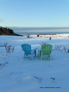 Winterbilder aus Dänemark Insel Møn Gartenstühle im Schnee mit Ausblick auf Ostsee Pension Bakkegaard Møns Klint