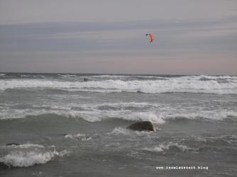 Winterbilder aus Dänemark Meer bei Sturm Insel Møn Kitesurfer bei Busene Have